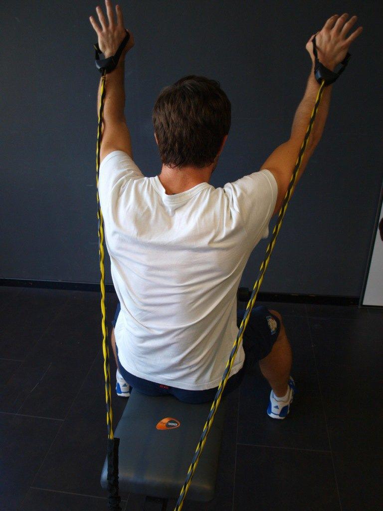 Riccardo Tonetti zeigt Brust-Bauch Übung