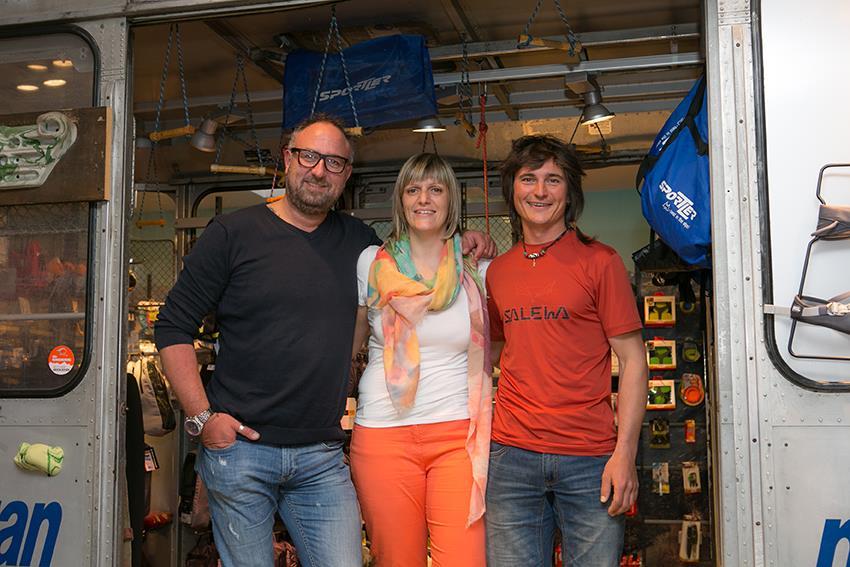 Filialleiter Hjalmar Comploj und Direktmarketing-Leiterin Jutta Bernard mit Simon Gietl