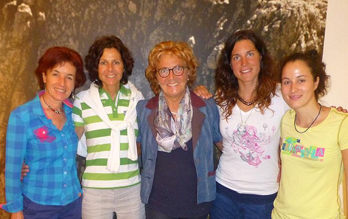 Filialleiterin Burgi Gasser (lx) und Tochter  Johanna Klapfer (rx) mit Gerlinde Kaltenbrunner, Gabi Hofer und Tamara Lunger (v.l.n.r.)