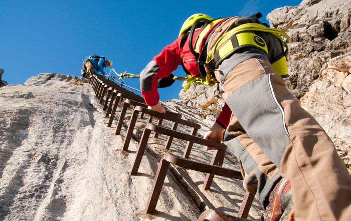 Klettersteigset Am Klettergurt Befestigen : Ausrüstung für klettersteige klettergurt klettersteigset kletterhelm